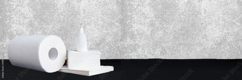 Papierowa tkanka, papierowy ręcznik i pieluchy na drewnianym tle ,. Szeroki panoramiczny <span>plik: #140195813 | autor: Studio Dagdagaz</span>