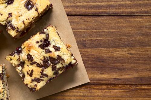 Photo Cherry blondie or blond brownie cake baked with white and dark chocolate, photog