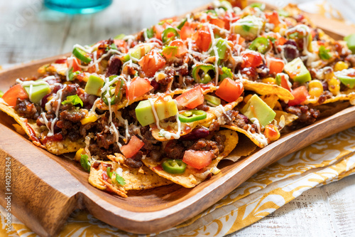Pinturas sobre lienzo  Nacho corn tortilla chips with cheese, meat, guacamole and red hot spicy salsa