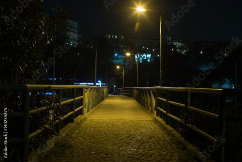 In de dag Theater small bridge at night
