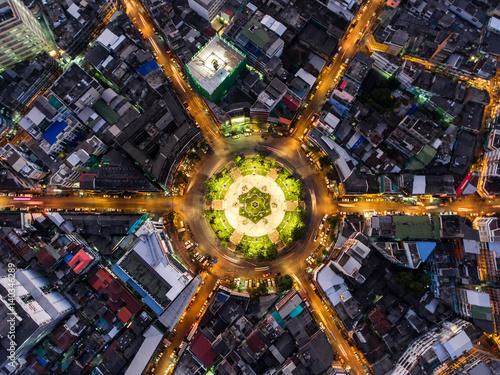 Plakat Światło na drogowym rondzie przy nocą i miasto w Bangkok, Tajlandia widok z lotu ptaka Odgórny widok.