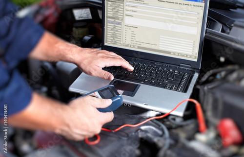 Fototapeta Car mechanic hands obraz na płótnie