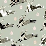 Wielkanocny bezszwowy wzór. Działający króliki (zając) z naturalną marmurową lub zwierzęcą futerkową (skórą, skórą, wełną) wektorową teksturą i malującymi jajkami na stałym szarym tle. - 140438462