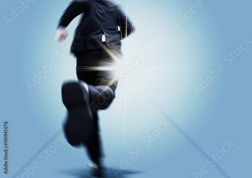 Photo 光の射す方向を目指して走るビジネスマン