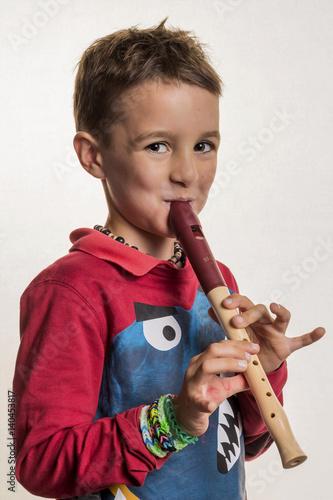 Plakat Dziecko gra na flecie