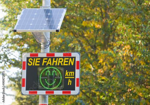 Fotografía  Geschwindigkeitskontrolle - Radar mit Tempoanzeige und kleinem Solarpanel
