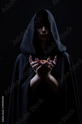 Fotografía  Portrait d'une sorcière tenant dans ses mains une pomme