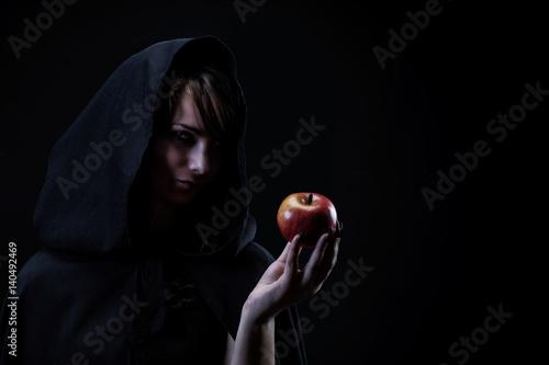 Tablou Canvas Portrait d'une sorcière tenant dans sa main une pomme