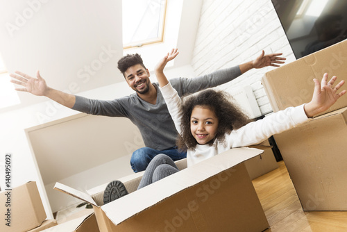 Fotografie, Obraz  Man and his daughter moving into their new home