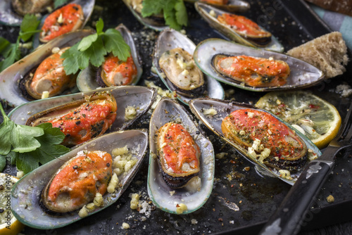 Valokuva  Baked Green Shell Mussels on old rustic Sheet