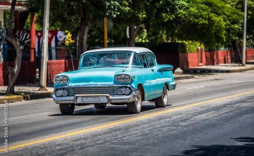 Türaufkleber Autos aus Kuba HDR - Blauer Ford Fairlane Oldtimer auf der Straße in Varadero Kuba - Serie Kuba Reportage