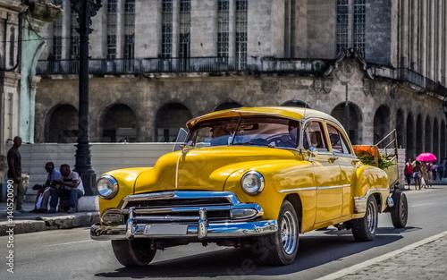 Photo HDR - Amerikanischer gelber Chevrolet Oldtimer fährt auf der Hauptstraße durch H