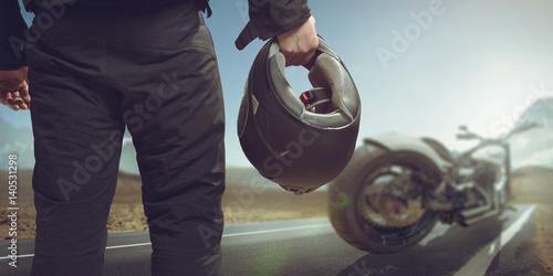 Zdjęcie XXL Motocyklista z motocyklem na drodze