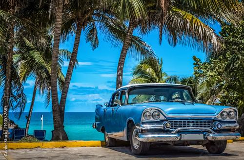 Blauer amerikanischer Oldtimer parkt am Strand unter Palmen in Varadero Kuba - Serie Kuba Reportage © mabofoto@icloud.com