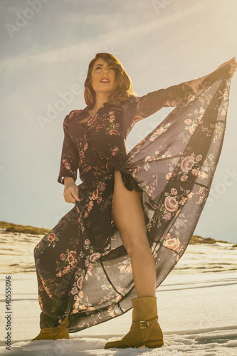 Fotografia  Mujer en Sierra Nevada posando con vestido elegante
