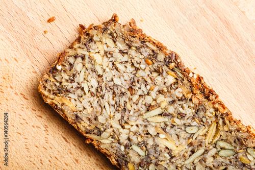 Plakat Chleb pełnoziarnisty z wieloma dużymi ziarnami