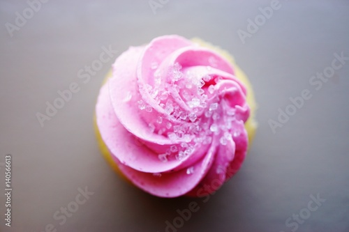 Photo  Mini cupcake with pink frosting and sanding sugar on top
