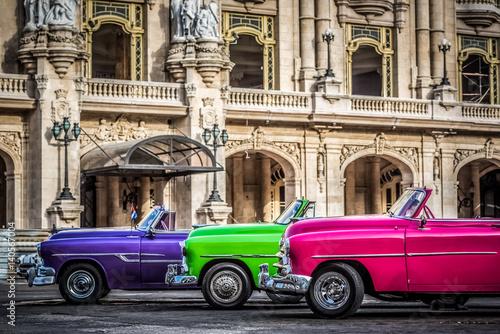 HDR - Nebeneinander aufgereihte amerikanische farbenfrohe Cabriolet Oldtimer vor dem Gran Teatro in Havanna Kuba - Serie Kuba Reportage