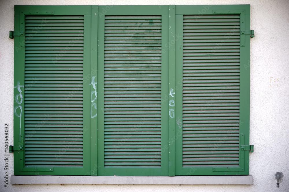 Photo & Art Print Nostalgische Fensterläden / Grün bemalte ...