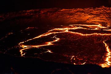 Panorama krateru wulkanu Erta Ale, topniejąca lawa, depresja Danakil, Etiopia