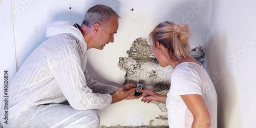 Fotografia, Obraz  Pest controler explains something to a customer