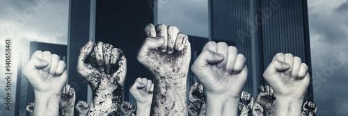 Fotografiet Fäuste erheben sich und demonstrieren vor Wolkenkratzer