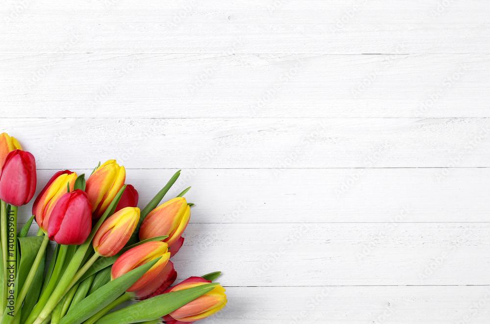 Tulpen auf weißem Holz