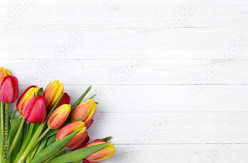 Foto op Canvas Tulp Tulpen auf weißem Holz