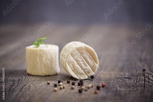Fotografia  fromage de chèvre sur planche en bois