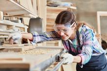 Frau Als Tischler Schleift Holz