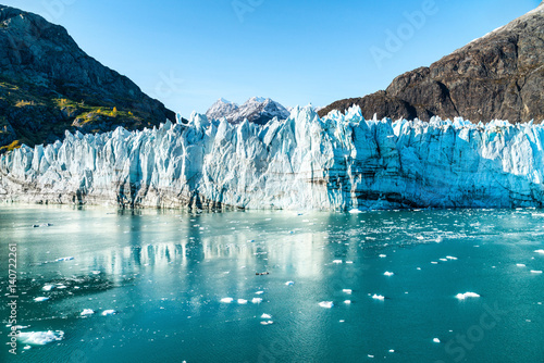 Photo sur Aluminium Glaciers Alaska Glacier Bay landscape view from cruise ship holiday travel. Global warming and climate change concept with melting glacier with Johns Hopkins Glacier and Mount Fairweather Range mountains.