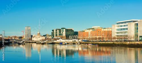 Zdjęcie XXL Dublin, Irlandia, panoramiczny widok na rzekę Liffey w jasny dzień