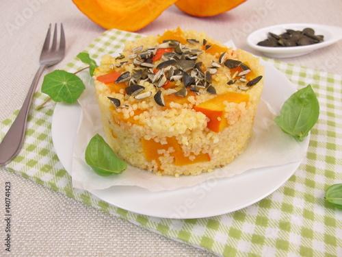 Recess Fitting Appetizer Vorspeise aus Hirse, Hokkaido Kürbis und Kürbiskernen