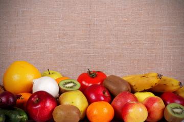 фрукты и овощи много лежат на столе и есть место для надписи