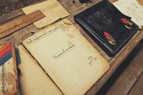 Papel de parede  banc d'écolier, cahiers, livres et cartable 1940