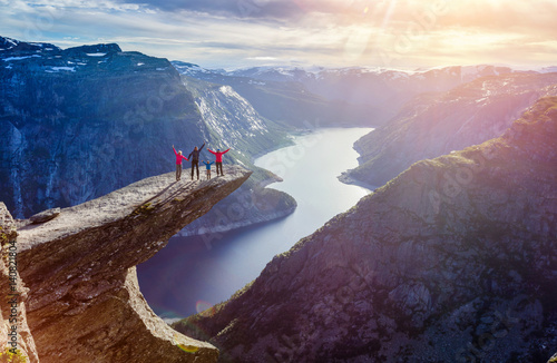 Photo sur Toile Marron chocolat Family On Trolltunga