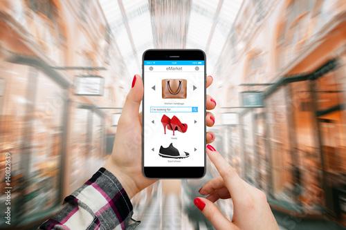 Plakat Kobiety w centrum handlowym robi zakupy online na nowożytnym telefonie