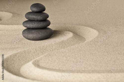 zen-rownowaga-i-harmonia-stos-ciemnych-czarnych-kamieni-ulozonych-w-japonskim-ogrodzie-z-piaskiem