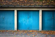 Drei Blaue Alte Garagen Mit Schwingtor - Garagentore Im Herbst Mit Laub