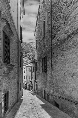Poster Smal steegje Narrow street in the old town in Italy