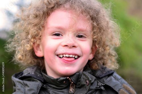 Fotografie, Obraz  Lachendes Kleinkind rot im Gesicht und Kopf mit vielen Locken