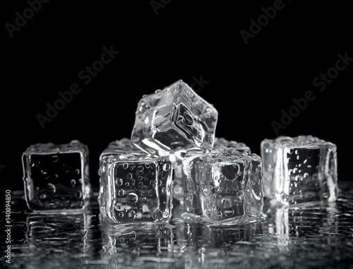 Photo  ice cubes on reflection table on black background
