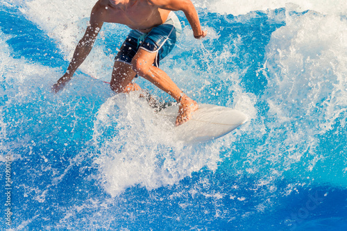 Fotografía  Surfer riding the waves