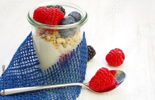 Staande foto Zuivelproducten Joghurt im Glas mit Früchten, Appetit