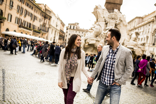 Photo  Casual young couple holding hands walking in Rome, Italy, Europe