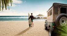 Surfer An Einsamen Strand