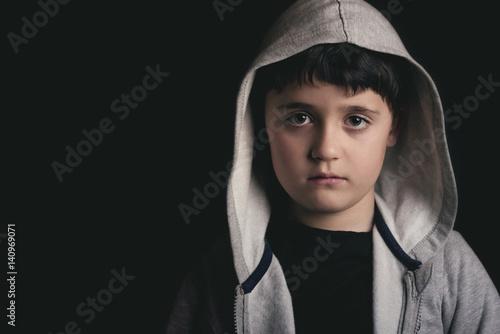 Valokuva  niño triste sobre fondo negro