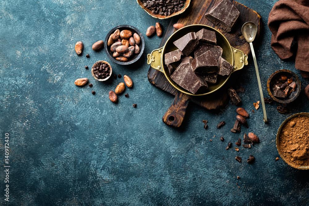 Kawałki ciemnej czekolady zgniecione i ziarna kakaowego, kulinarne tło, widok z góry