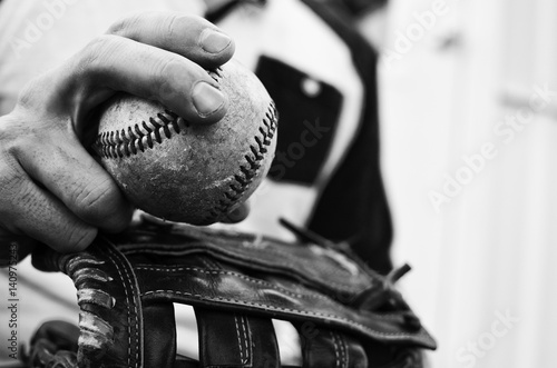 Photo Old baseball in hand of a man who plays the sport