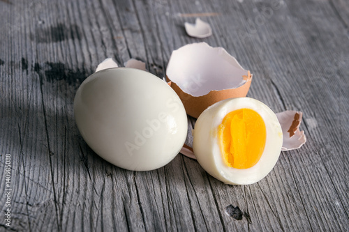Fotografía  Sliced hard boiled eggs on wooden cutting board